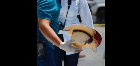 El característico sombrero del reportero Javier Valdez, luego de su asesinato. Foto: Helioflores (Proceso)