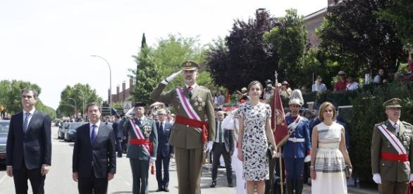 Los reyes reciben los honores de ordenanza en su llegada a Guadalajara.