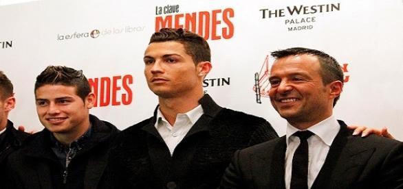 Il potente procuratore portoghese Jorge Mendes (a destra) porta anche James Rodriguez (a sinistra accanto a Cristiano Ronaldo) all'Inter?