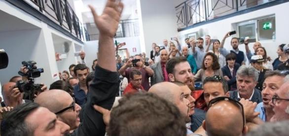 Militanti di Casapound in protesta durante la conferenza stampa della sindaca Virginia Raggi
