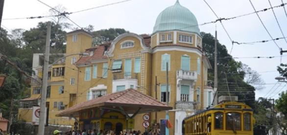 O tradicional bondinho azul e amarelo, no Largo dos Guimarães (Foto: Reprodução)