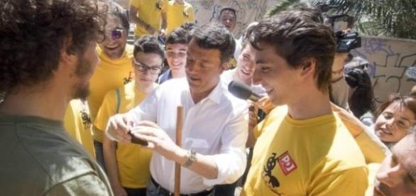 Dopo Roma, Renzi vorrebbe replicare l'iniziativa delle magliette gialle anche nelle zone colpite dal terremoto. Pioggia di critiche