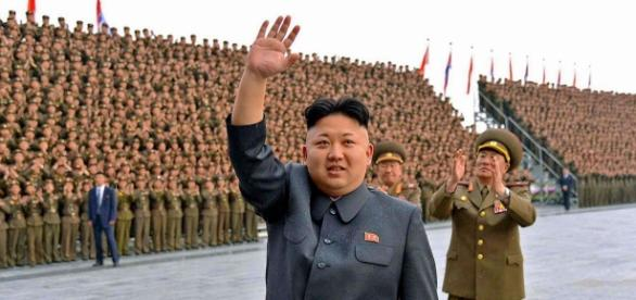 Kin Jong-Un in visita a una parata militare.