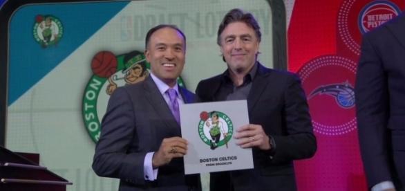 Danny Ainge, do Celtics (à direita), na loteira do draft