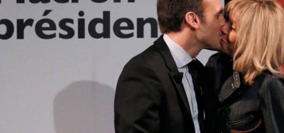 Emmanuel Macron comemora a posse beijando Brigitte Trogneux