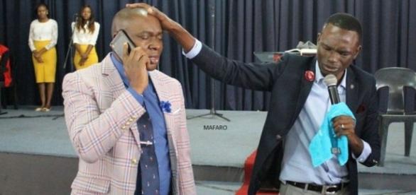 Pastor jura ter o número do telefone de Deus