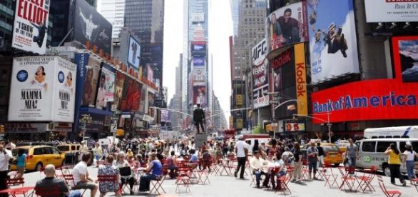 Paura a Times Square dove un'auto è piombata sulla folla