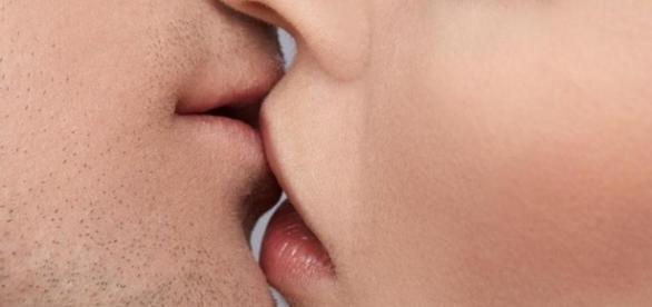 Beijar pode trazer uma série de benefícios ao corpo