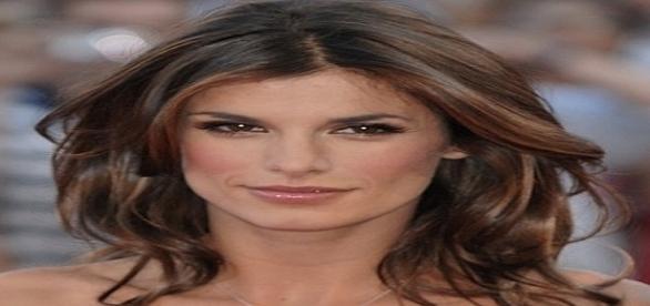 Elisabetta Canalis: il cambio di pannolino a Skyler Eva per strada