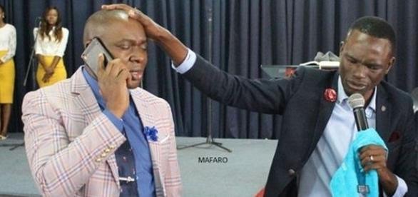 O pastor recebe chamadas telefônicas direto de Deus durante a pregação