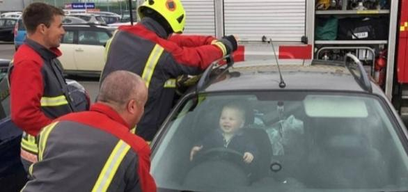Bebê Brandon Emery sorrindo para os bombeiros