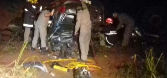 Carro ficou destruído depois da batida