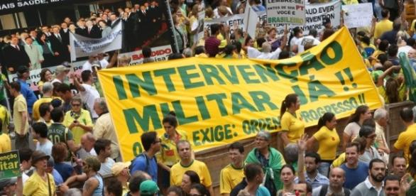 Populares fazem movimento apoiando a intervenção militar