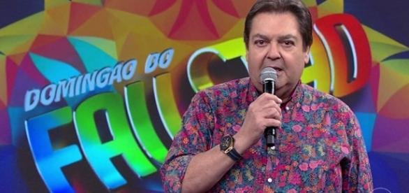 Apresentador dá lição de moral em políticos brasileiros.