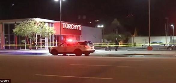 Homem com maquiagem de palhaço e luva com garras nas pontas dos dedos, matou um indivíduo no estabelecimento em destaque na imagem (FOX31)