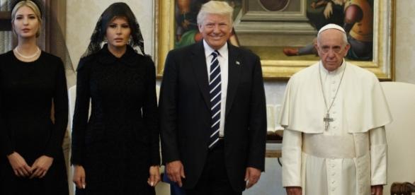 Na foto, é notório o desconforto do líder católico ao lado de Trump
