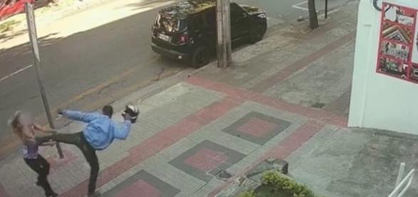 Imagem mostra o exato momento em que o assaltante agride uma mulher (Foto: Reprodução/Vídeo)