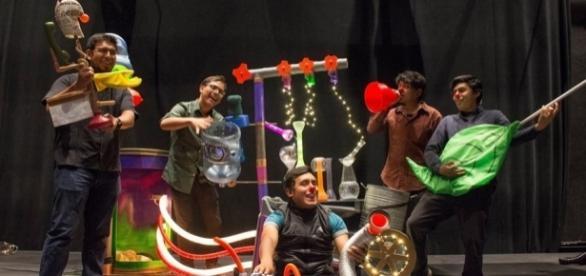 Orquesta basura musicalizando la puesta de clown CRASH. Un llamado de atención por la contaminación