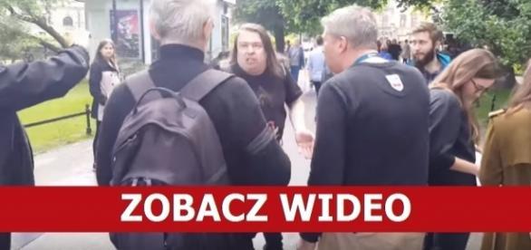 Mężczyzna zachowywał się bardzo agresywnie (źródło: youtube.com)
