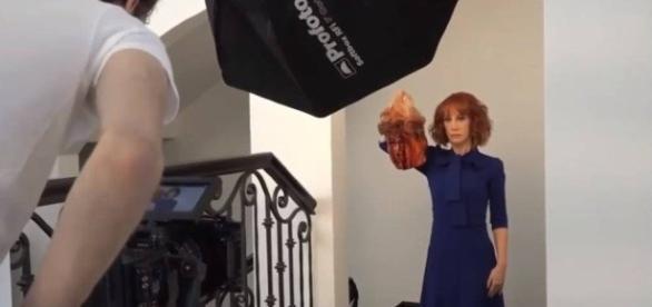 A comediante americana Kathy Griffin posa com réplica de cabeça de Trump (Via: Jornal O globo)