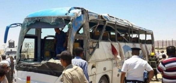 Autobuzul din Egipt atacat de militanții islamiști soldat cu cel puțin 28 de morți - Foto: Daily Mail