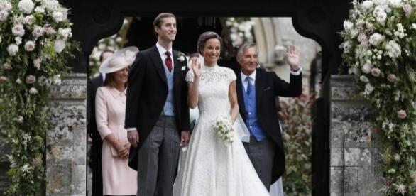Pippa Middleton e James Matthews saudando os presentes