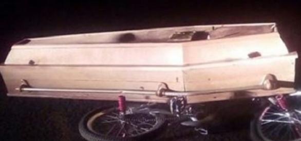 A bicicleta usada para o passeio e o caixão dessenterrado pelo jovem