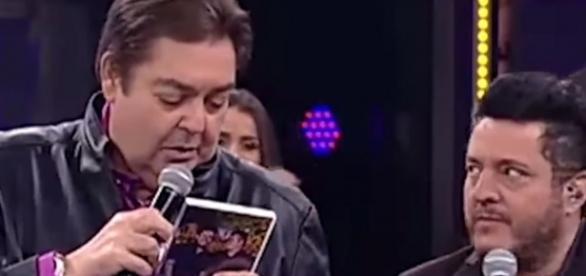 Cantor Bruno olha sério e feio para Faustão depois de cutucada sobre Lava Jato e JBS (Foto: Reprodução/Vídeo)