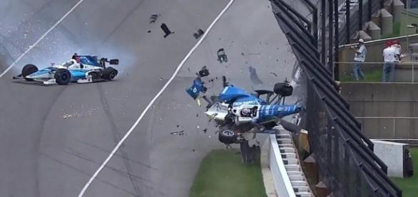Carro do piloto decolou e foi parar em cima do muro de proteção