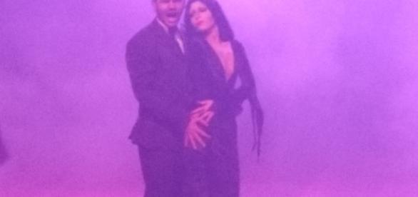 Gomez e Mortícia representados por Rafael Diniz e Nicolle. Romantismo aflorado à luz de um belíssimo paso doble.