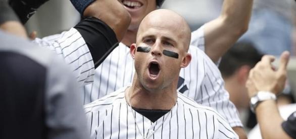 Brett Gardner es felicitado por sus compañeros tras disparar uno de sus dos jonrones. (vía facebook - New York Yankees).