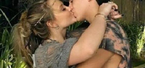 Larissa Manoela e Thomaz Costa reataram mesmo. Uma foto dos dois se beijando tem sido divulgada nas redes sociais.