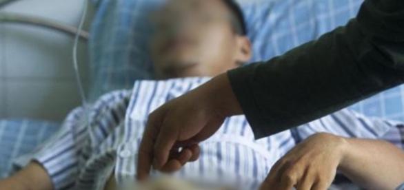 Mulher decepa órgão genital do esposo