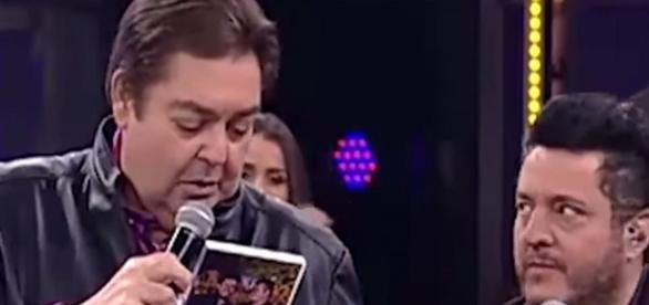 O apresentador fez uma brincadeira com a dupla ( Foto - Rede Globo )