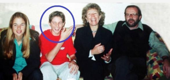 Andreas, que aparece ao lado da irmã, em foto de família, foi encontrado em situação deplorável, na região da Cracolândia