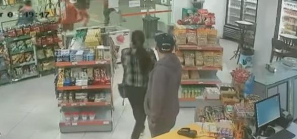 Confusão começou dentro de uma loja de conveniência; ao fundo, é possível ver agressão do lado de fora (foto: Reprodução / YouTube)
