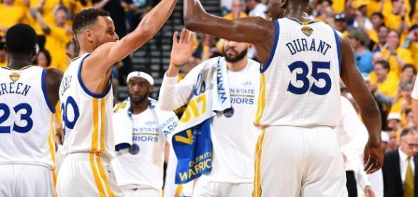 Golden State suma el primer punto de las Finales (vía Twitter - NBAcom)