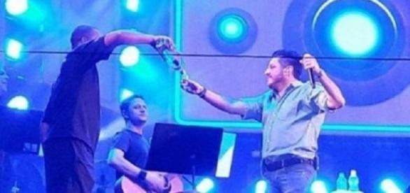 Bruno consumiu bebida no palco (Foto: Reprodução/Vídeo)