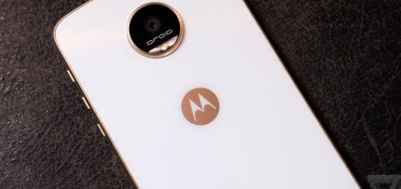 A bateria do Moto Z Play de 2016 tinha 3510 mAh. A versão de 2017 terá bateria bem menor