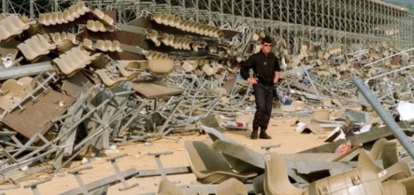 Un policier dans les décombres de la tribune du stade Furiani de Bastia