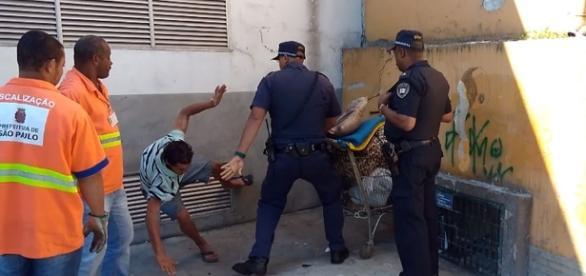 Vídeo registrou momento da abordagem do morador de rua (Foto: Reprodução/Vídeo)