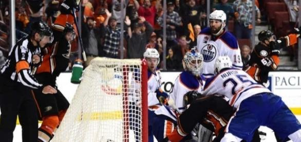 Rackell con sólo 18 segundos quedando en el partido, empató el juego a 3 para Anaheim. NHL.com.
