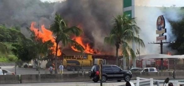 Restaurante Kiosque do Alemão sendo consumido pelo fogo. BR-101 RJ.