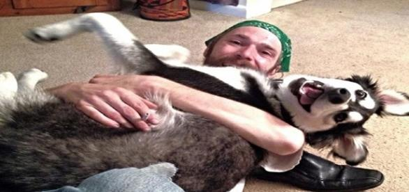 Cão e seu tutor felizes (Fonte: https://goo.gl/5wPJcb )