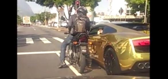 Imagem mostra ladrão roubando motorista de Lamborghini