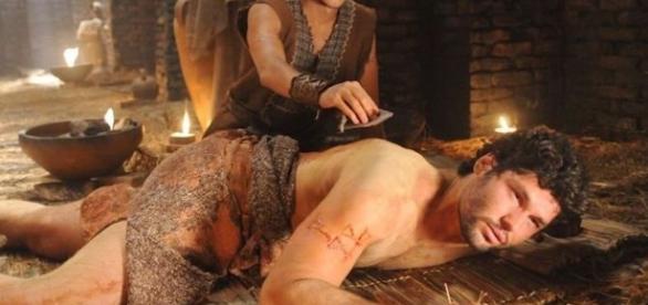 Lior cura as feridas de Asher na novela (Foto: Reprodução/Record TV)