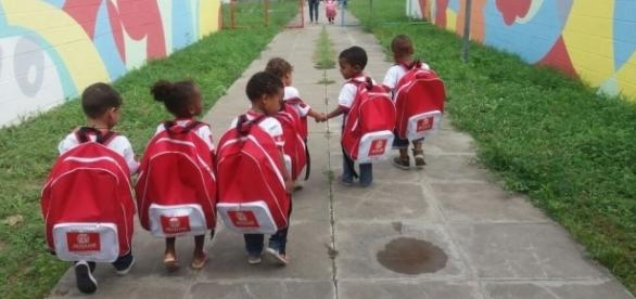 Prefeitura entrega mochilas enormes para crianças da creche na Bahia
