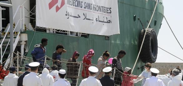 Sbarco di migranti soccorsi dalla Ong MSF