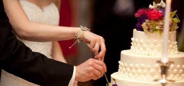 Cutting a cake at a wedding reception - Photo: aspaceapart.net