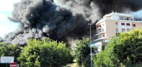L'incendio di grosse dimensioni è cominciato questo pomeriggio alle 17 in uno sfasciacarrozze di via Mattia Battistini, a Roma nord.